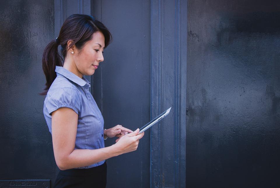 Femme élégante travaillant sur une tablette