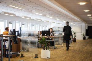 Bureau entreprise avec employés au travail