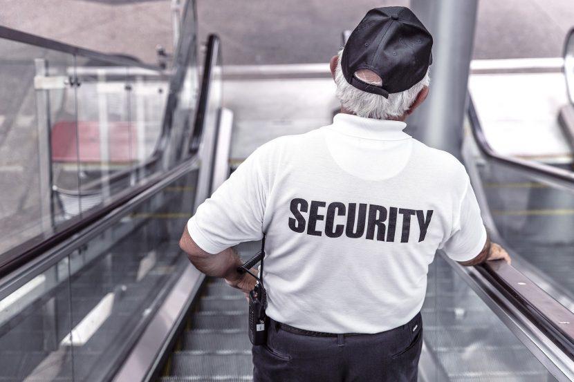 Un agent de sécurité dans un escalator