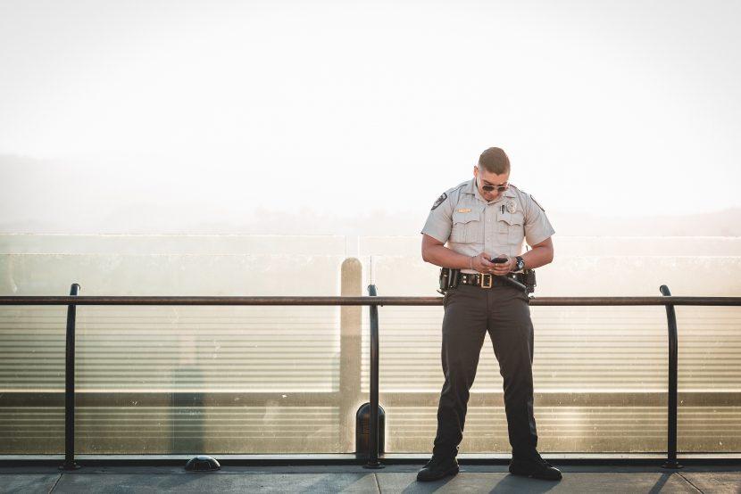 agent de sécurité sur un toit