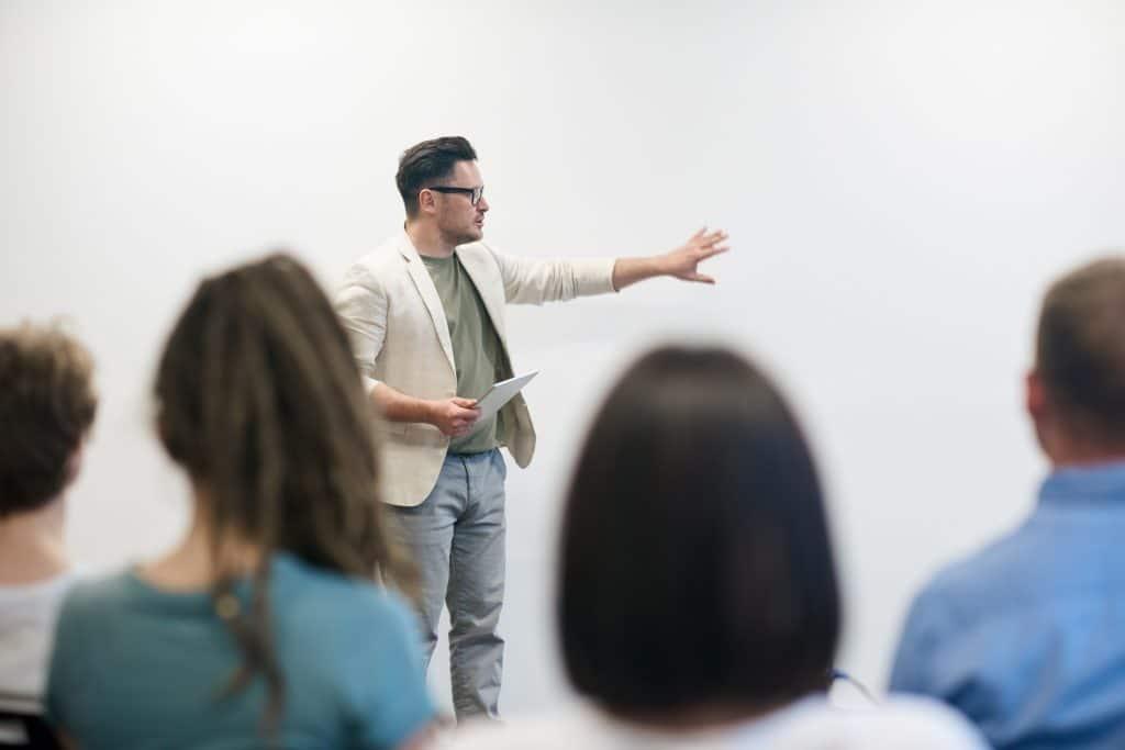 Formateur devant un groupe d'apprenants