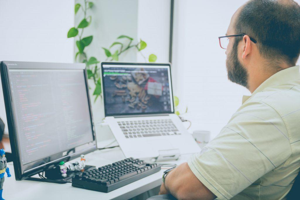 un homme dans son bureau face à un ordinateur