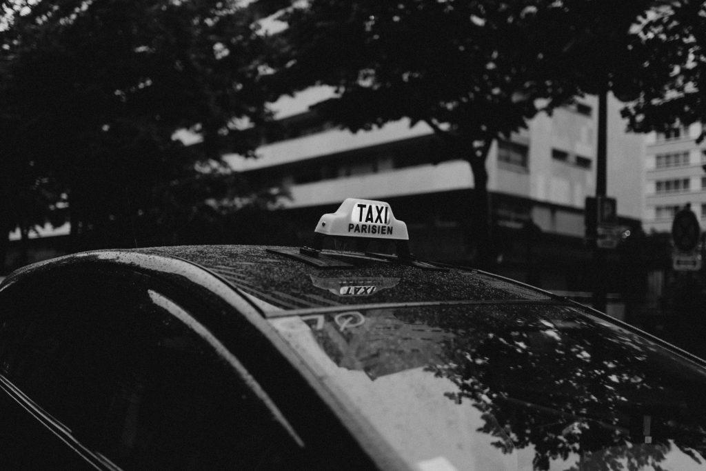 Photo noir et blanc d'un taxi