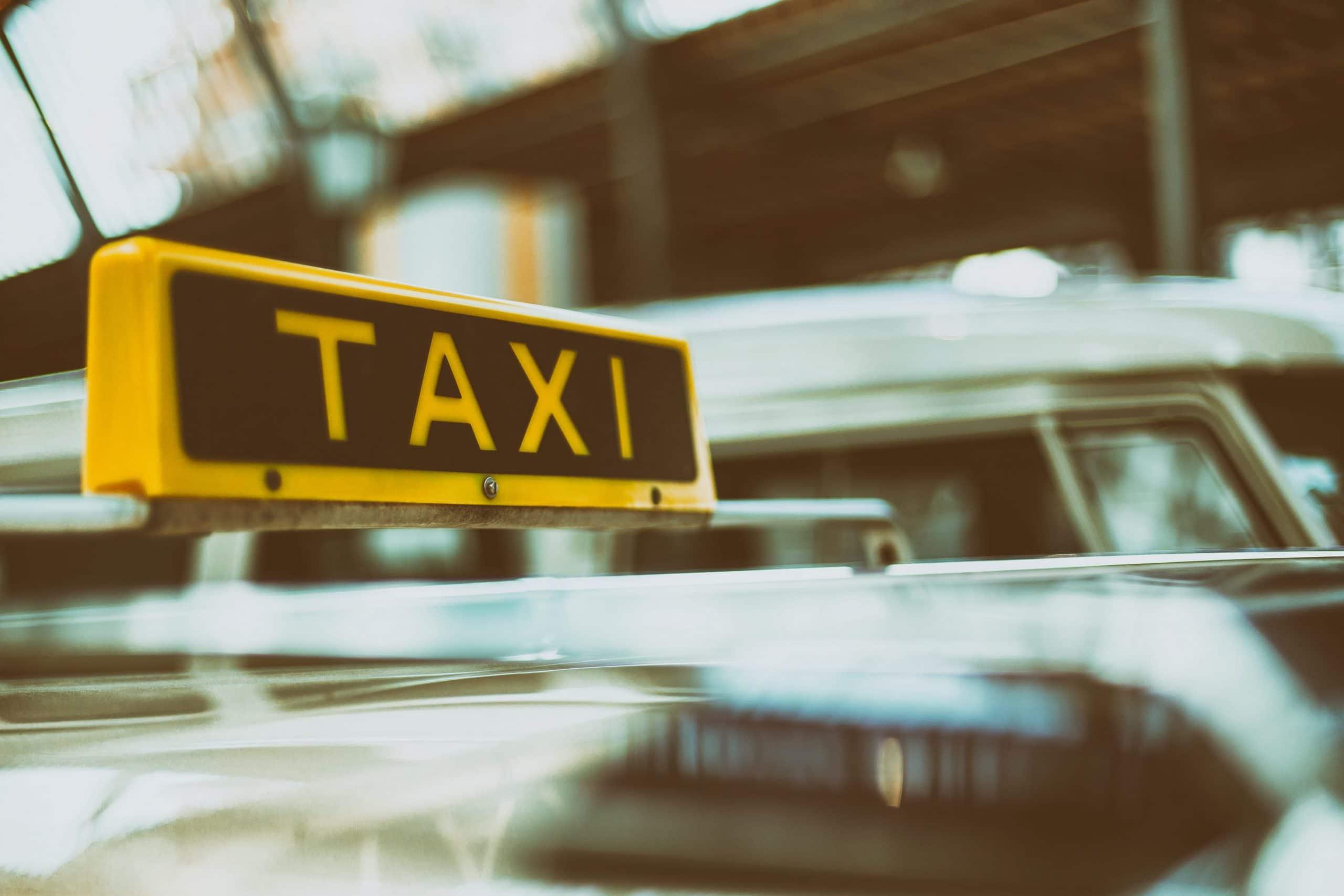 Toit d'un taxi avec enseigne jaune