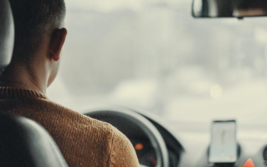 Un homme conduisant une voiture avec un GPS