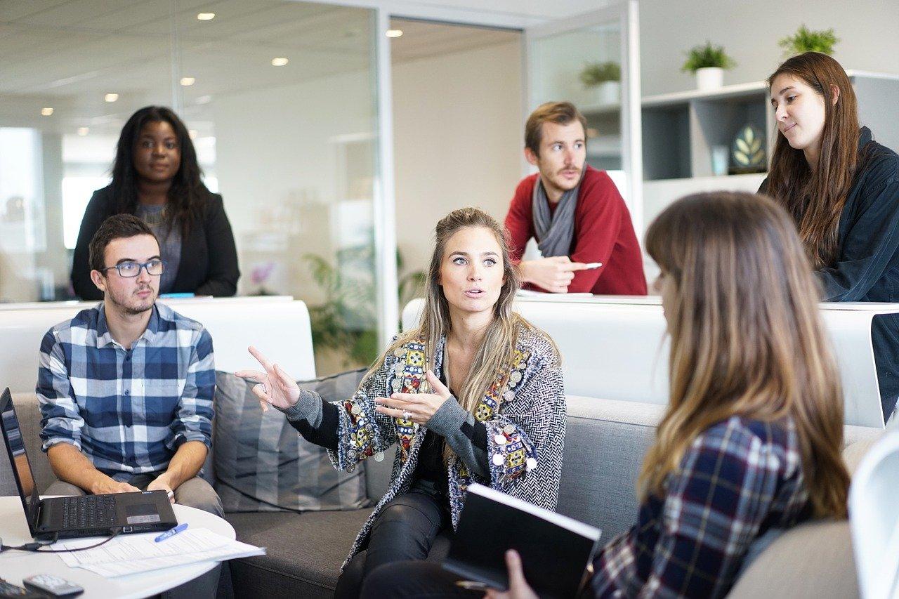 bureau entreprise avec des personnes qui discutes